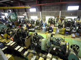 花園工場は、主にトラック丁番など、厚みのある材料加工を中心に製造させて頂いています。