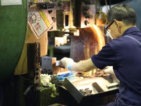 花園工場にも、熟練の技をもつ多くのスタッフが勤務しています。