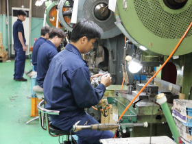 アルミ専門の工場で、主に化粧品のキャップを製造しています。